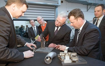 大众公司总裁文恩德参观投入量产装配的3D打印零件
